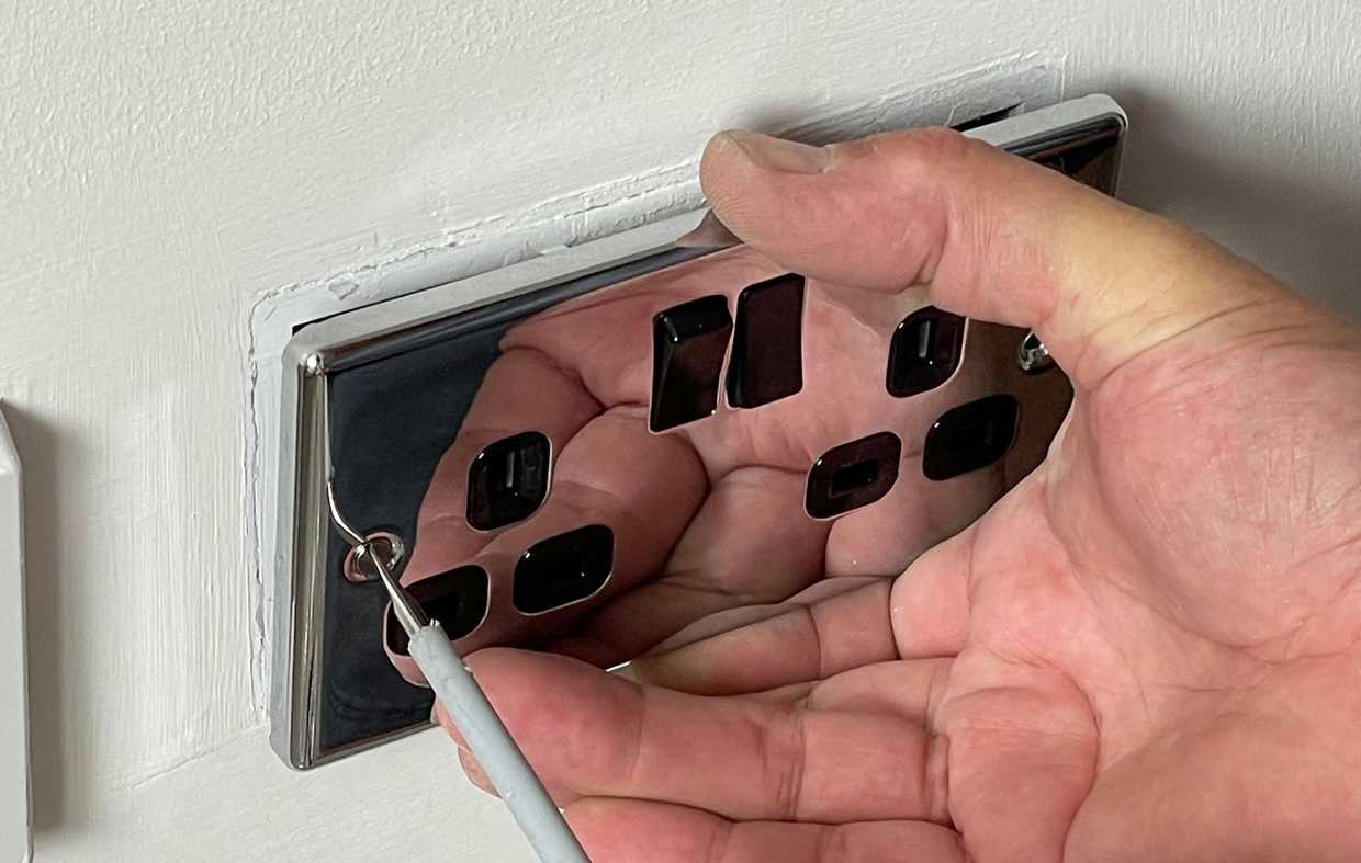 how to change a plug socket faceplate